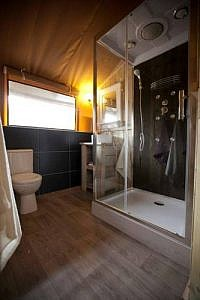 Privé douche en toilet in een Safaritent met sanitair